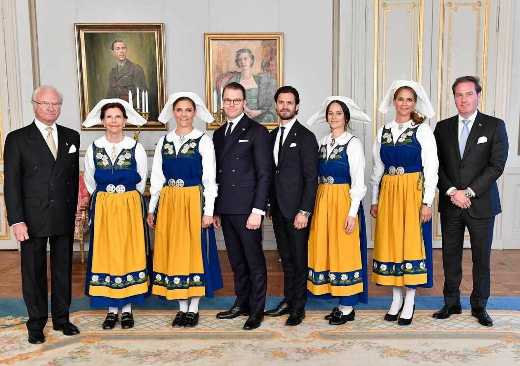 Kungafamiljen samt Chris O'Neill vid nationaldagsfirandet på Kungliga slottet.