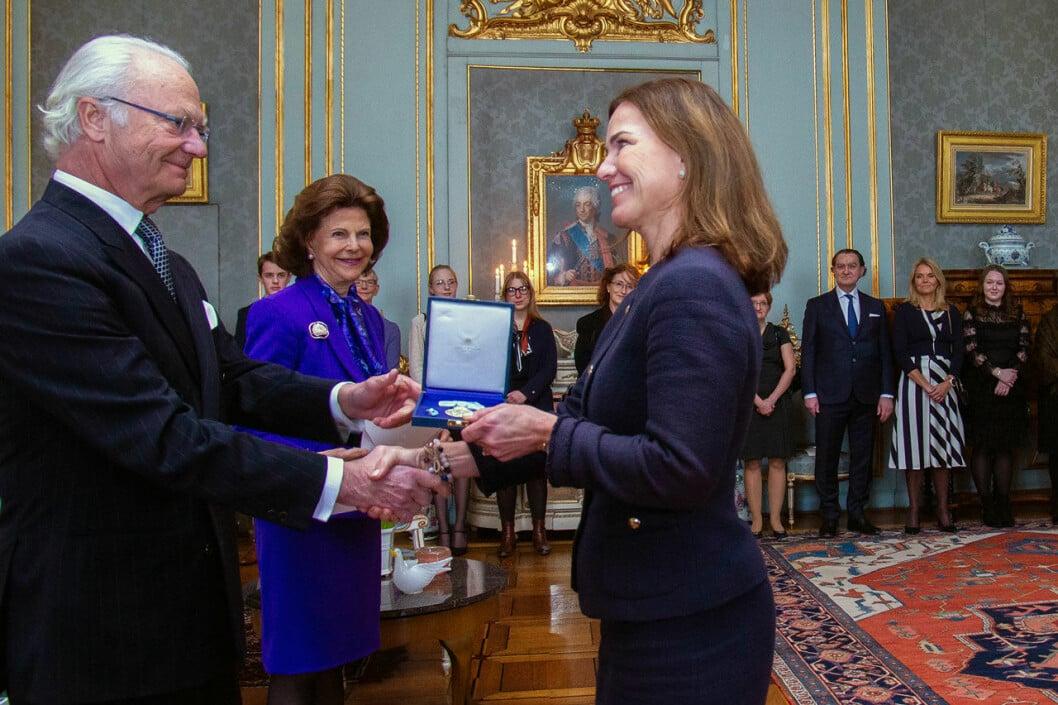 Hovets informationschef Margareta Thorgren får medalj av kungen.