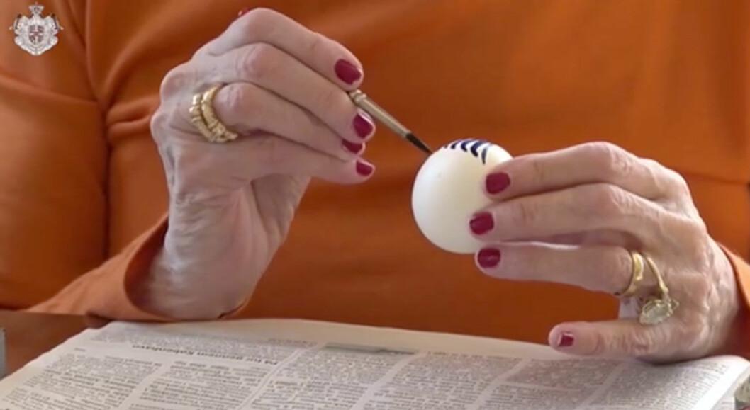Drottning Margrethe målar påskägg.