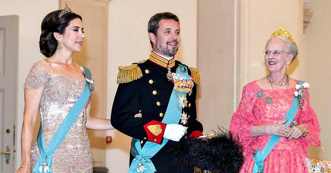 Drottning Margrethe, kronprins Frederik och kronprinsessan Mary.
