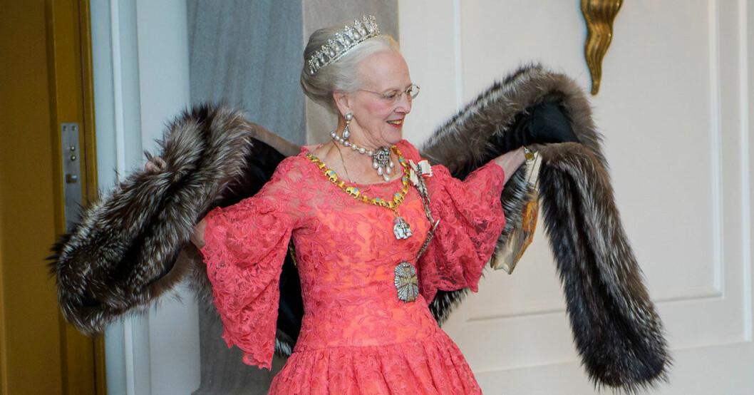 Drottning Margrethe i spetsklänning och pälsboa.