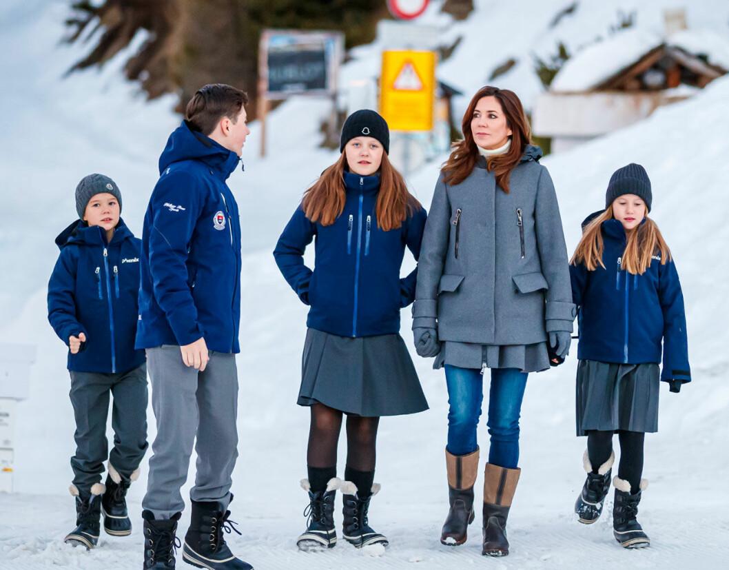 Danska kronprinsfamiljen lämnar Schweiz i förtid på grund av corona-utbrottet.