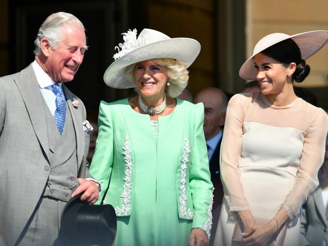 Meghan på gardenparty på Buckingham Palace tillsammans med prins Charles och Camilla.