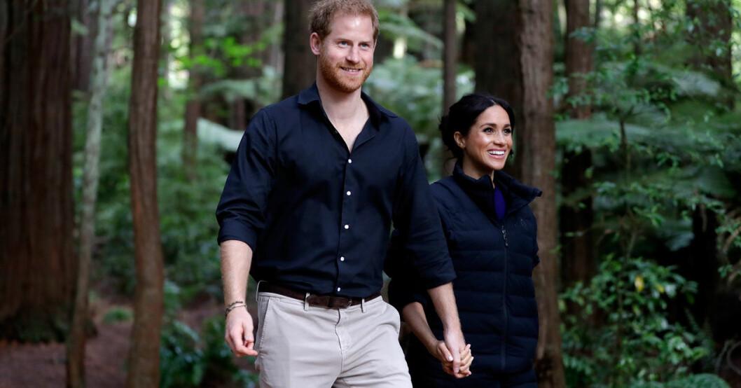 Prins Harry och hertiginnan Meghan Markle på promenad.