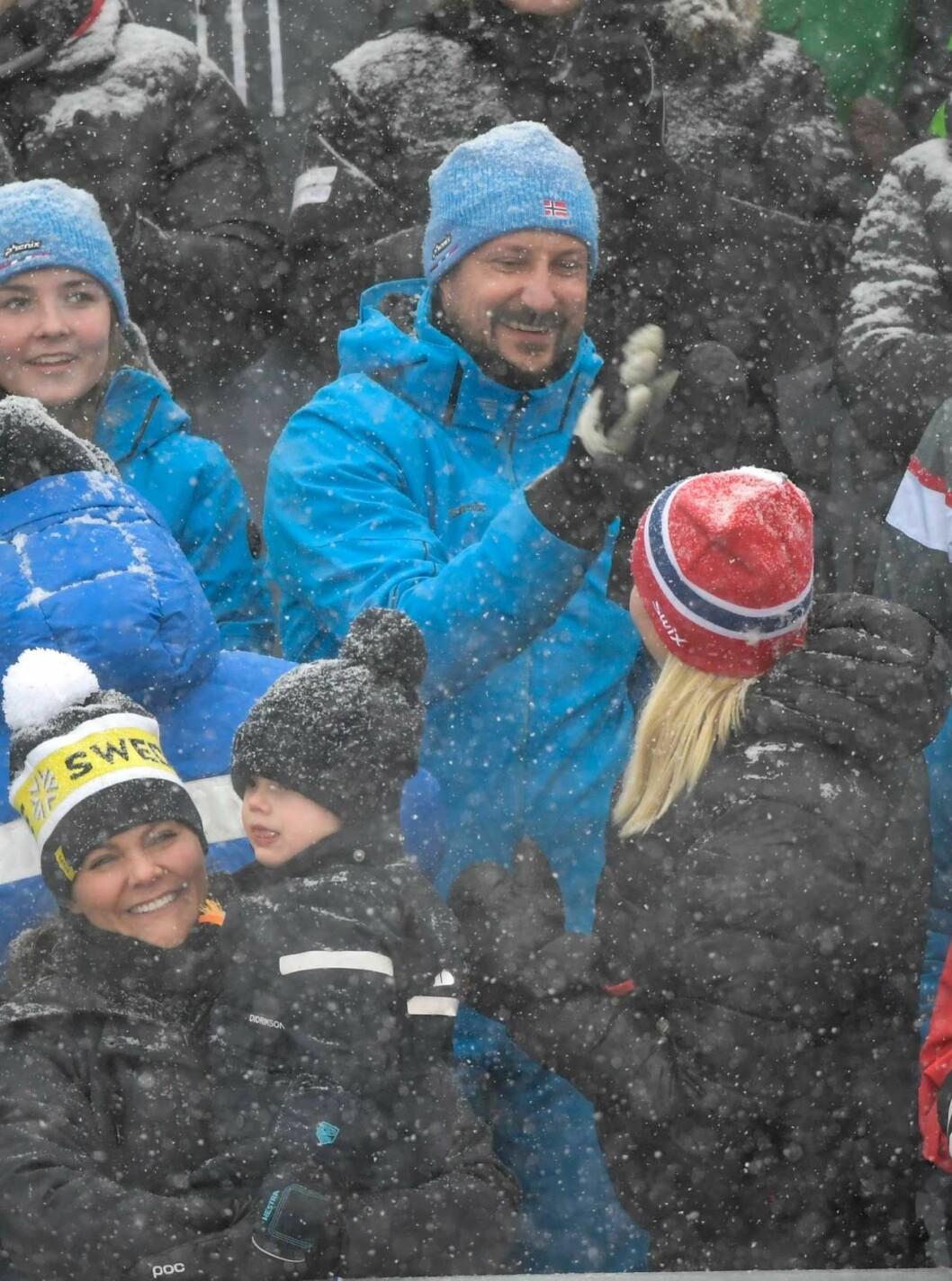 """""""High five""""! Mette-Marit och Haakon delar glädjen efter Norges framgångar."""