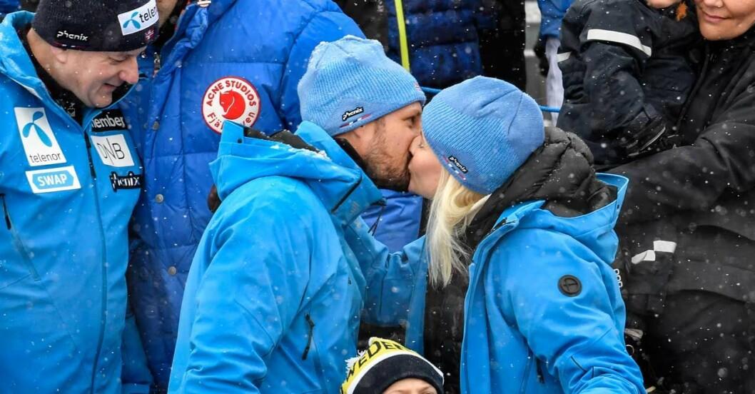 Kyss! Haakon och Mette-Marit visar öppet sin kärlek till varandra!