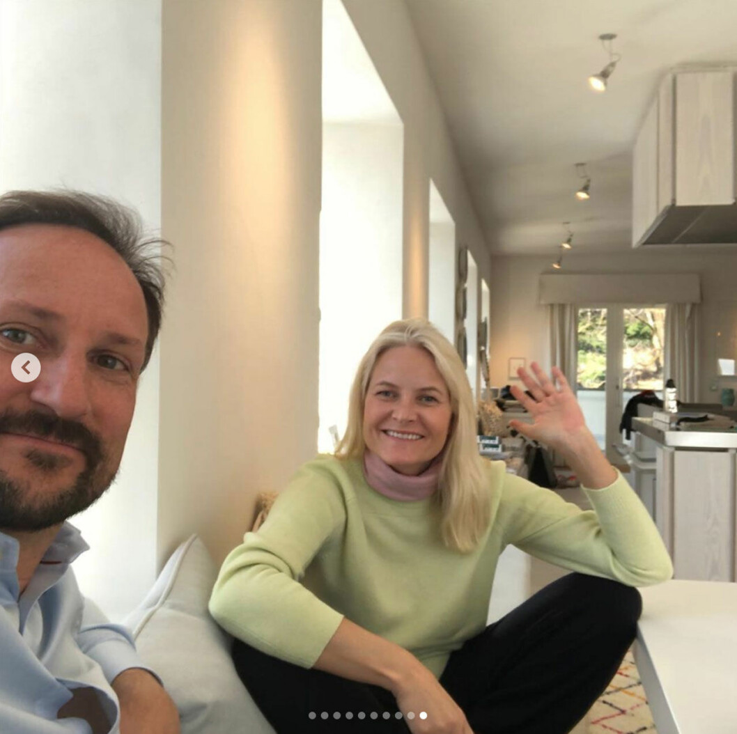 Mette-Marit och Haakon i köket på Skaugum. En bild från kronprinsessan Mette-Marits instagram.