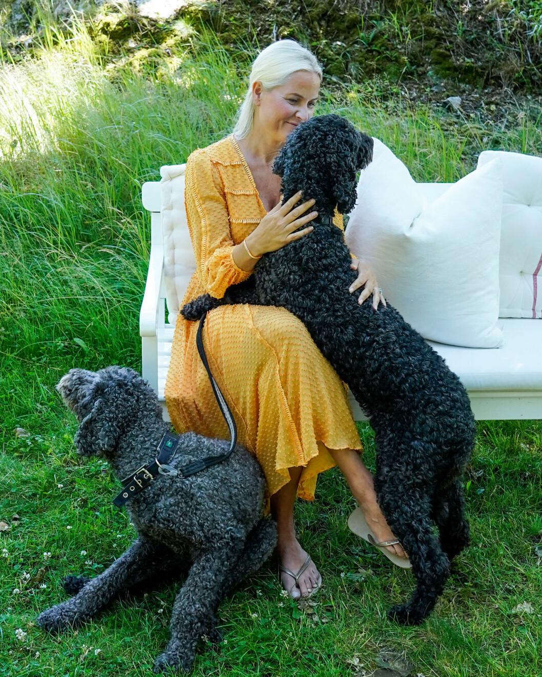 Mette-Marit med hundarna Muffins Kråkbolle och Milly Kakao