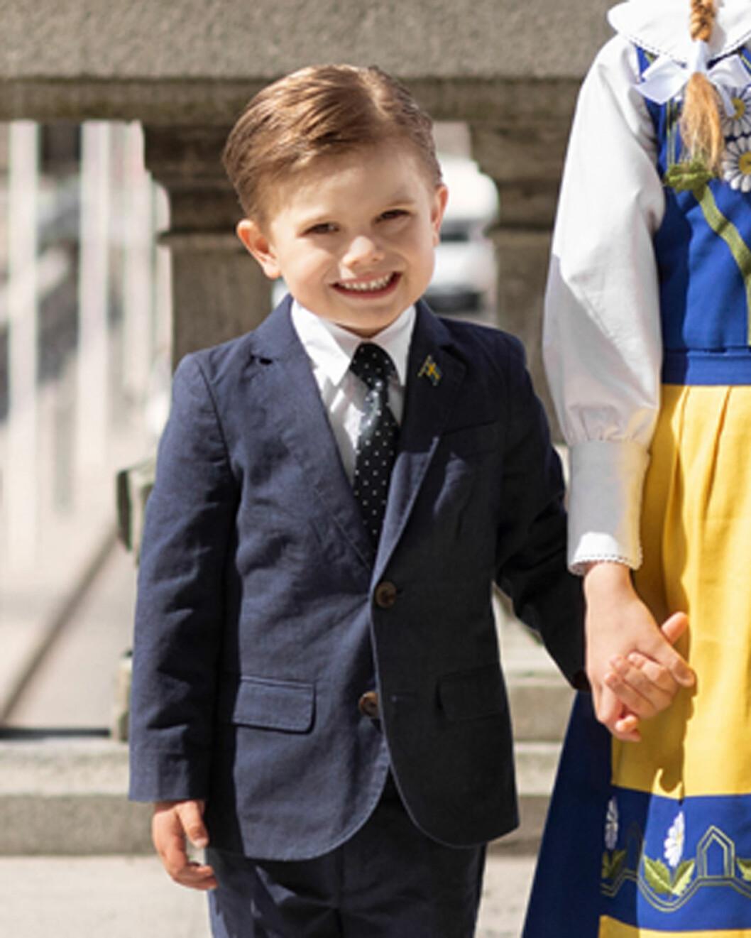 Prins Oscar får dra på sig kostymen igen.
