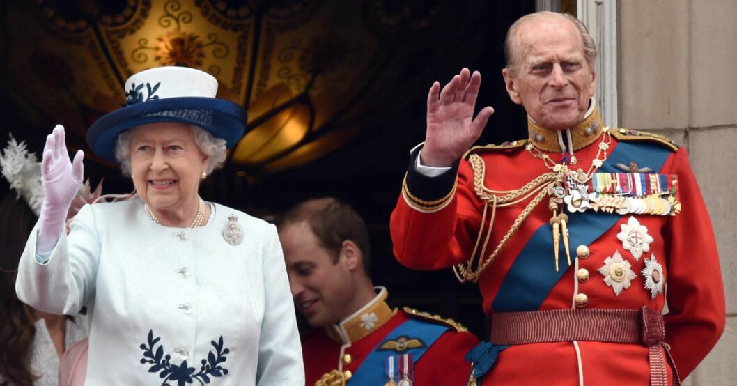 Prins Philip och Elizabeth vinkar