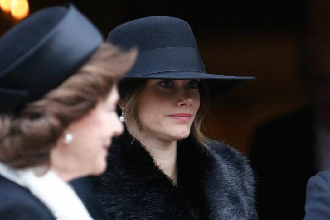 Prinsessan Sofia i stor svart hatt på Dagmar von Arbins begravning i Oscarskyrkan.