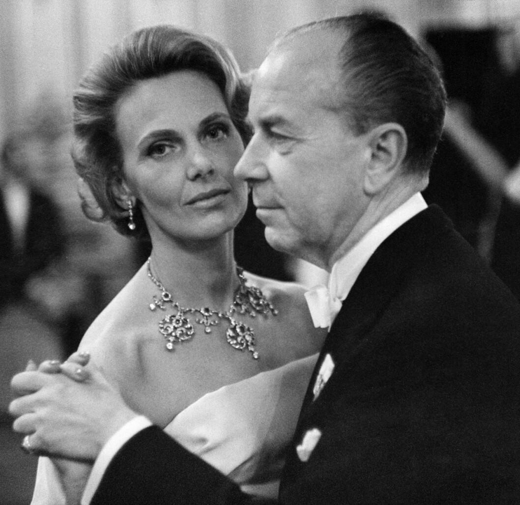 1964: Sigvard Bernadotte med sin Marianne, som bär rubindiademet som halsband.