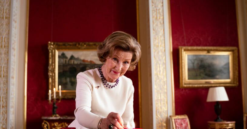 Drottning Sonja tände adventsljuset på egen hand, utan kung Harald.