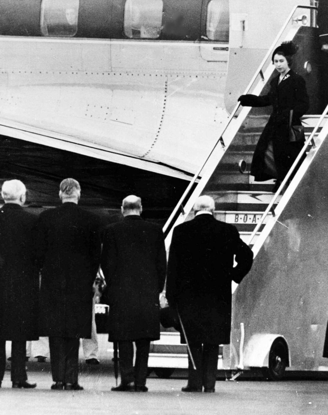 Drottning Elizabeth kliver av planet från Kenya. På flygplatsen väntade premiärminister Winston Churchill, längst till höger i förgrunden.