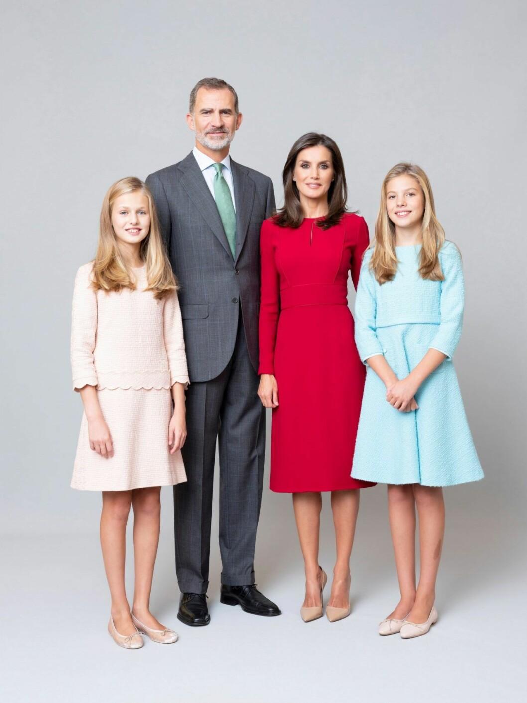Den spanska kungafamiljen! Kung Felipe, drottningen Letizia och döttrarna Leonor och Sofia.