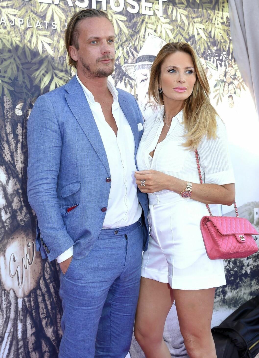 Viktor och hans flickvän, tv-profilen Carolina Gynning.