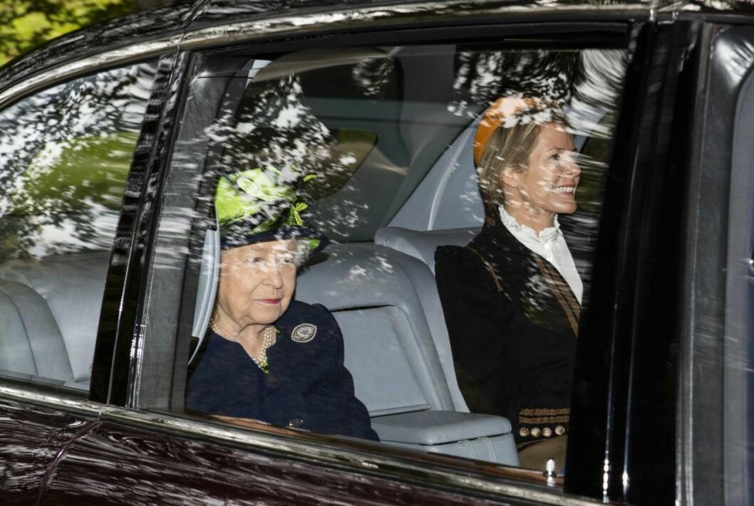 Drottning Elizabeth och Autumn under kyrkobesöket.