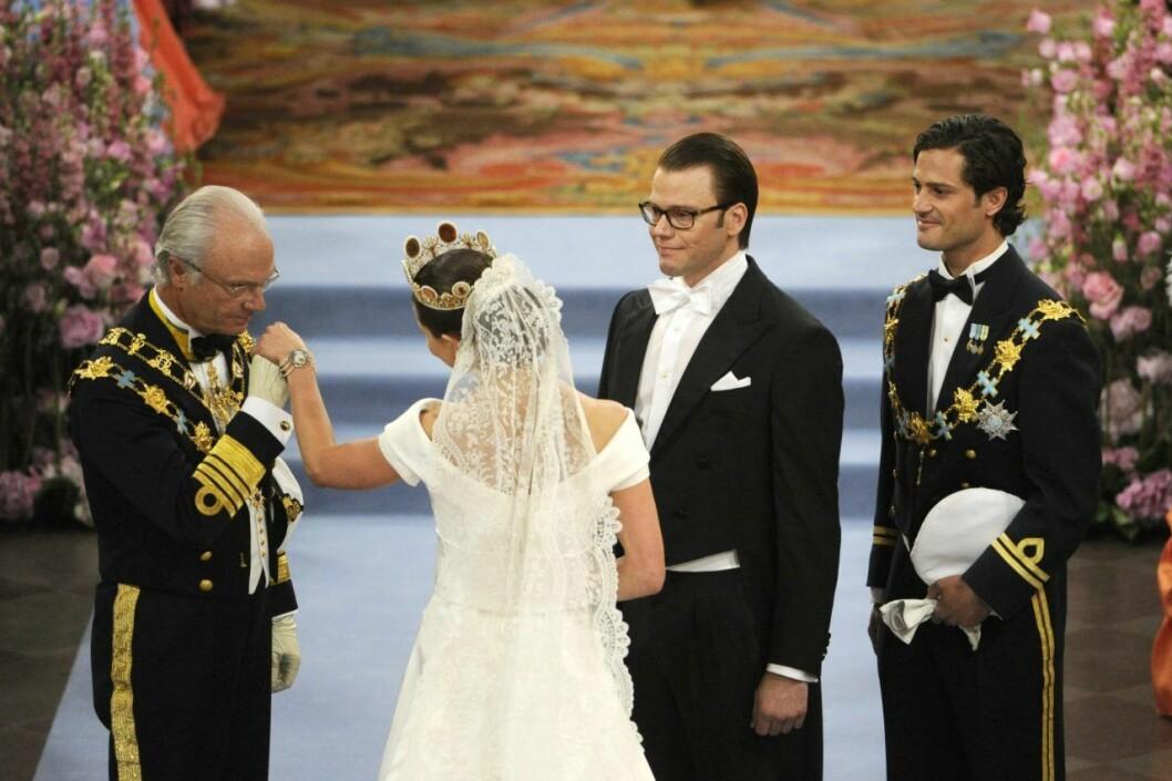 Här lämnar kungen över Victoria till Daniel.
