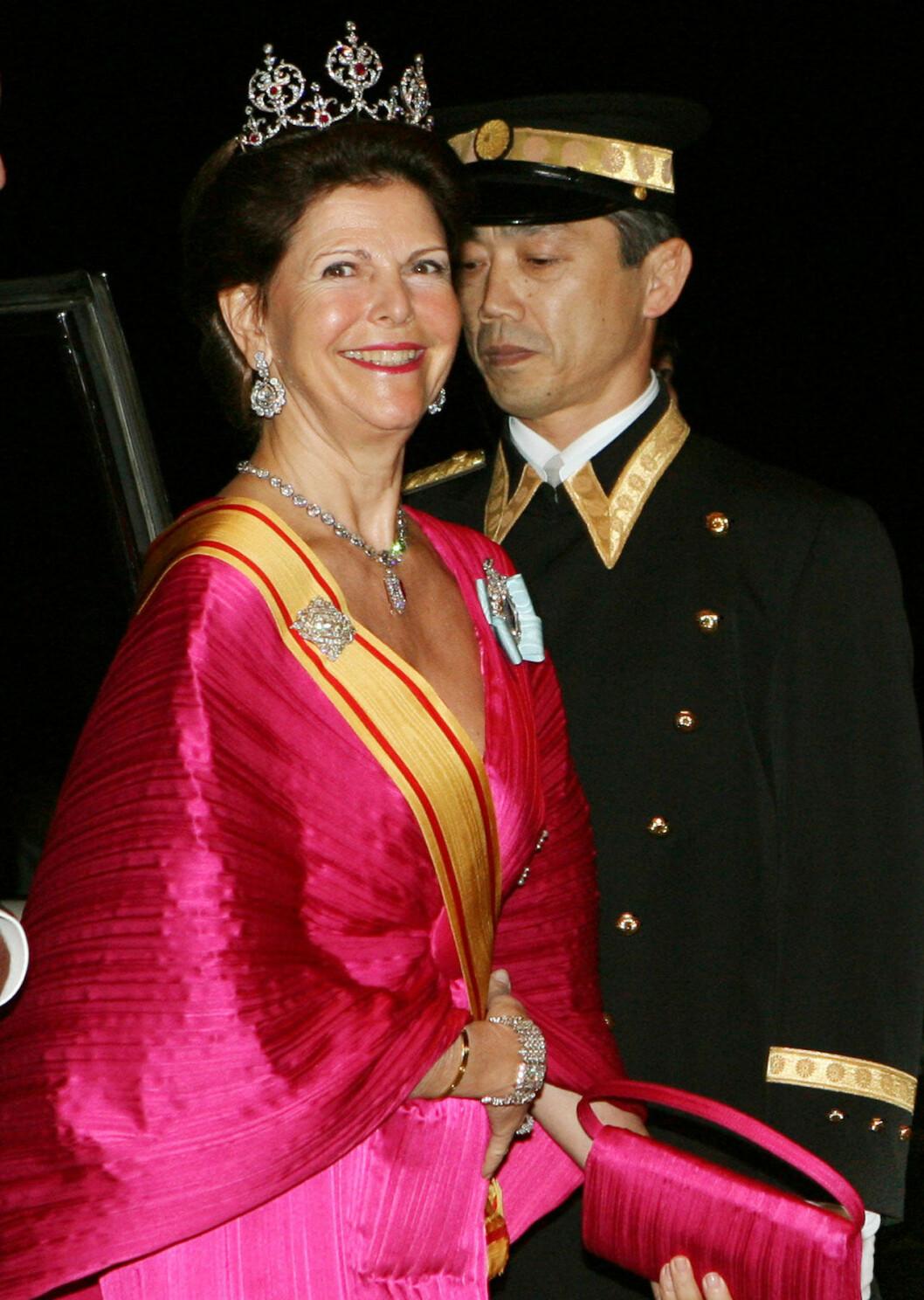 Drottning Silvia i rubindiadmet under statsbesöket i Japan 2007.