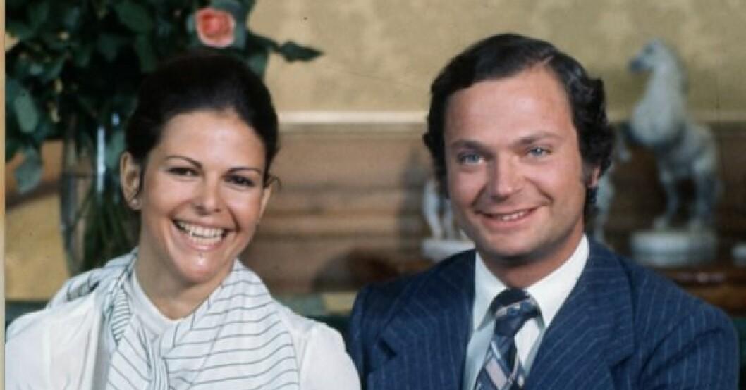 40 år sedan kung Carl XVI Gustaf och hans Silvia Sommerlath satt i soffan i Sibyllas våning för att berätta att de förlovat sig.