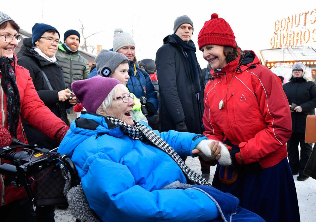 Drottning Silvia i rött när kungaparet besökte Jokkmokks marknad på samernas nationaldag.