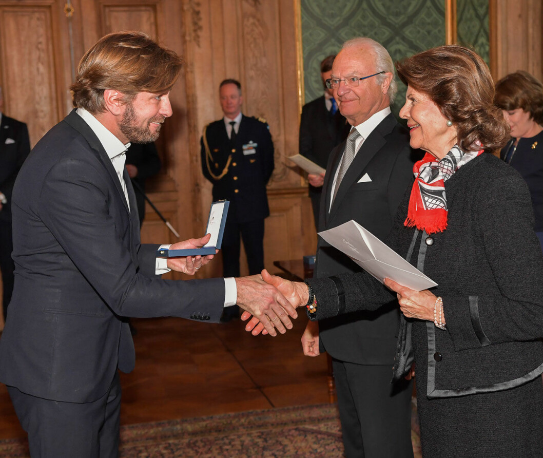 Regissören Ruben Östlund får medalj av kungen.