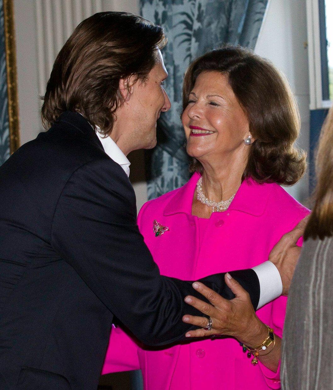 Patrick Sommerlath kramar sin faster drottning Silvia.