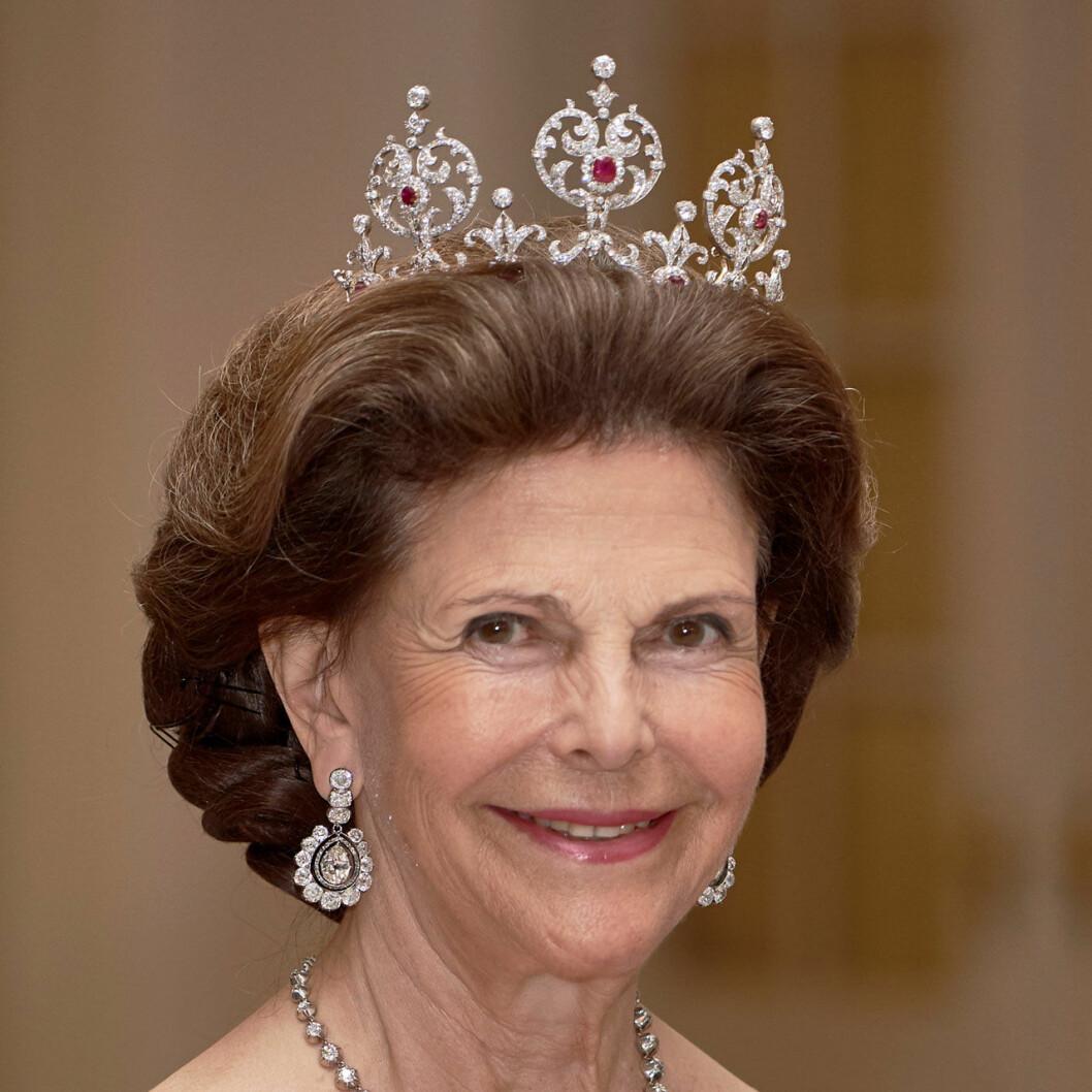 Drottning Silvia i rubindiademet.