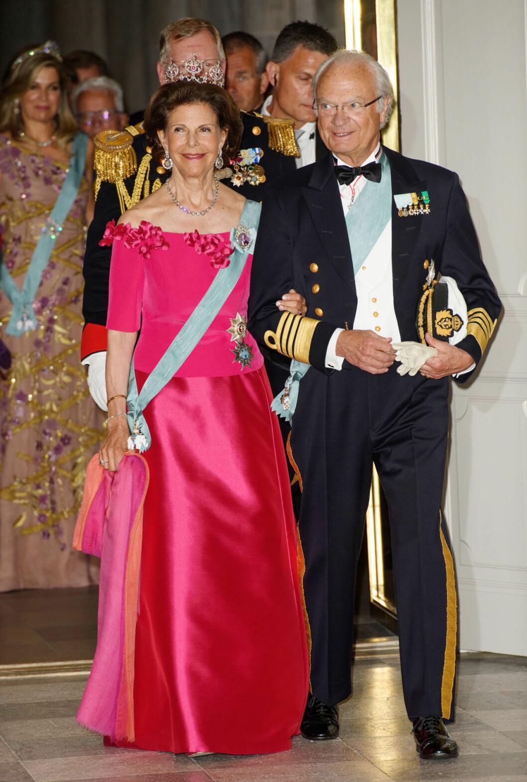 Drottning Silvia i rubindiademet när kronprins Frederik fyllde 50 år.