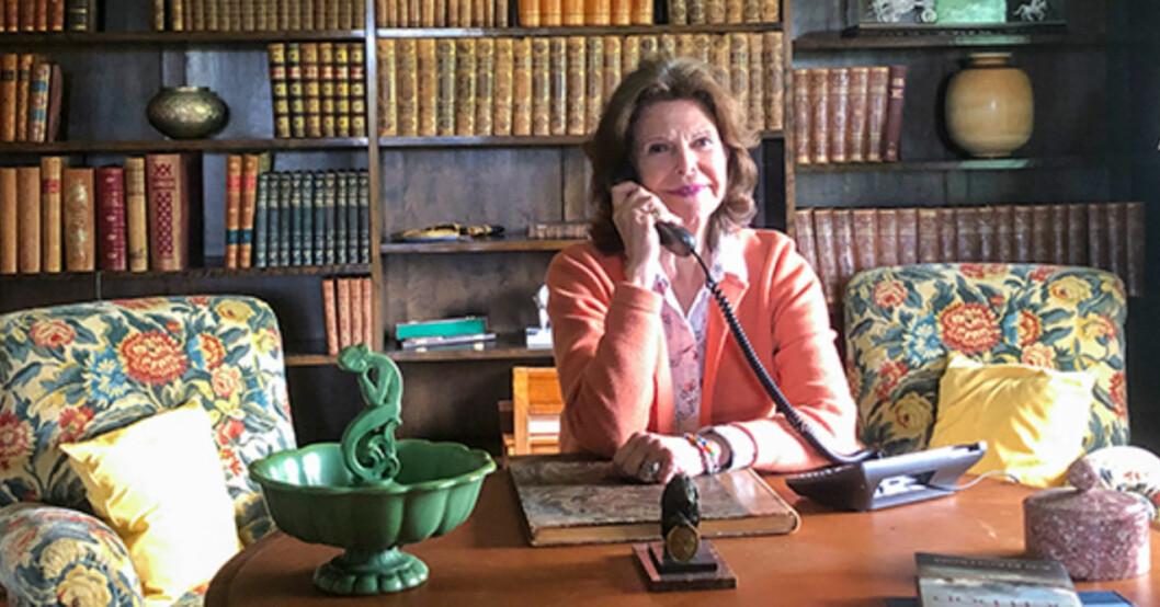 Drottning Silvia i telefon i biblioteket på Stenhammar