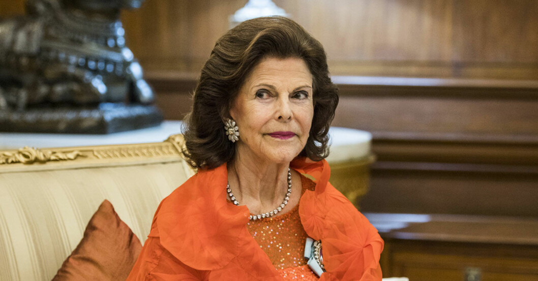 Drottning Silvia i orange.
