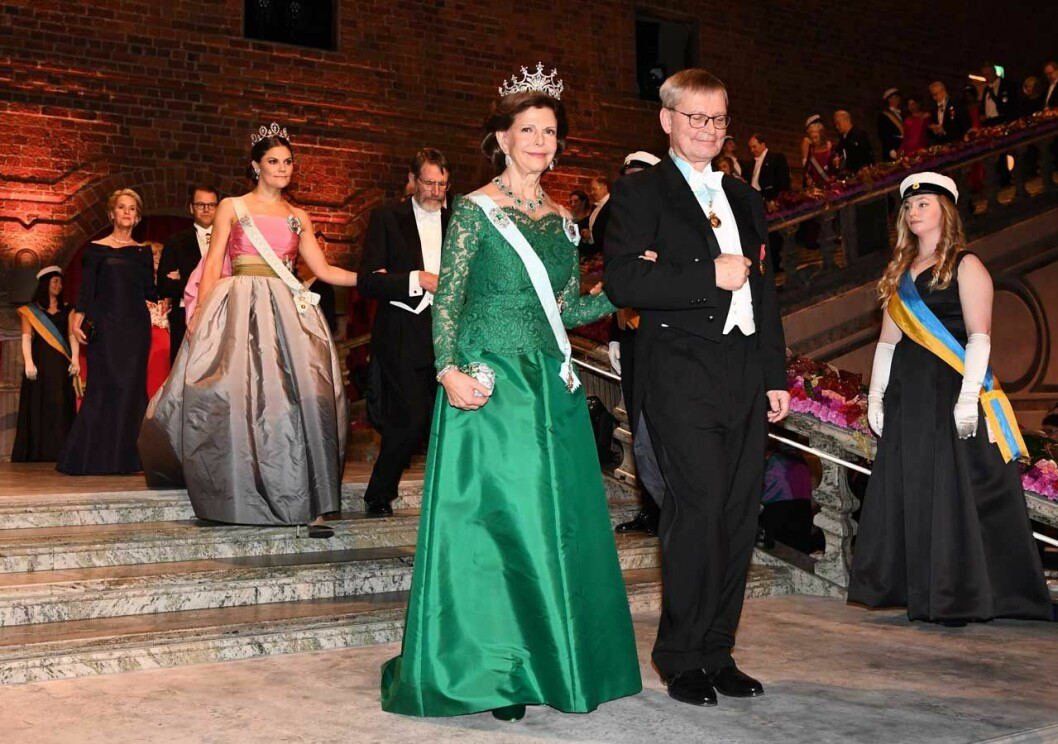 Drottning Silvia i grön klänning på Nobel.
