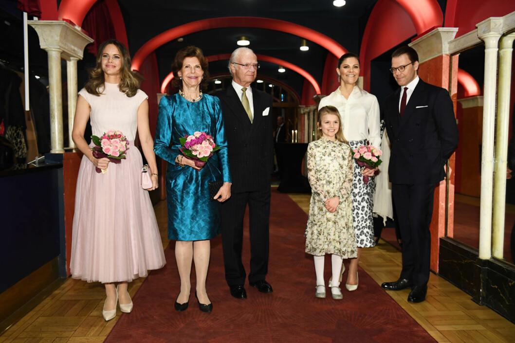 Prinsssan Sofia, drottning Silvia, kungen, prinsessan Estelle, kronprinsessan Victoria och prins Daniel.