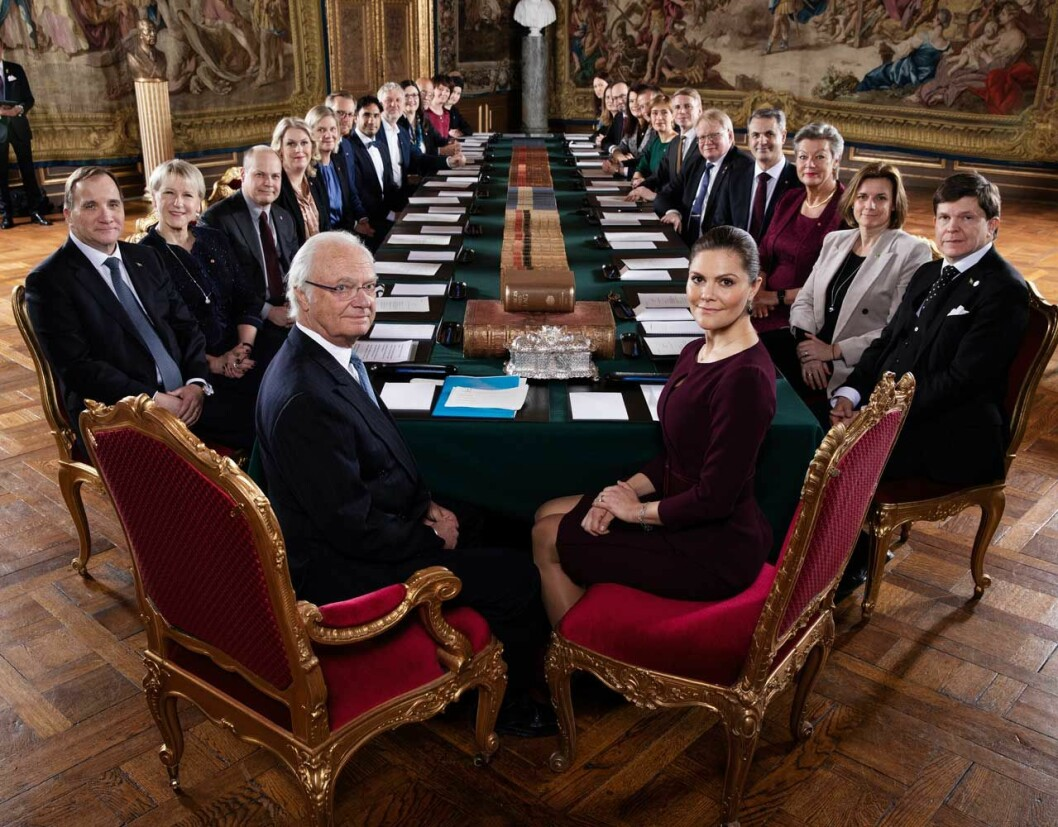 Kungen och kronprinsessan Victoria vid en konselj på slottet.