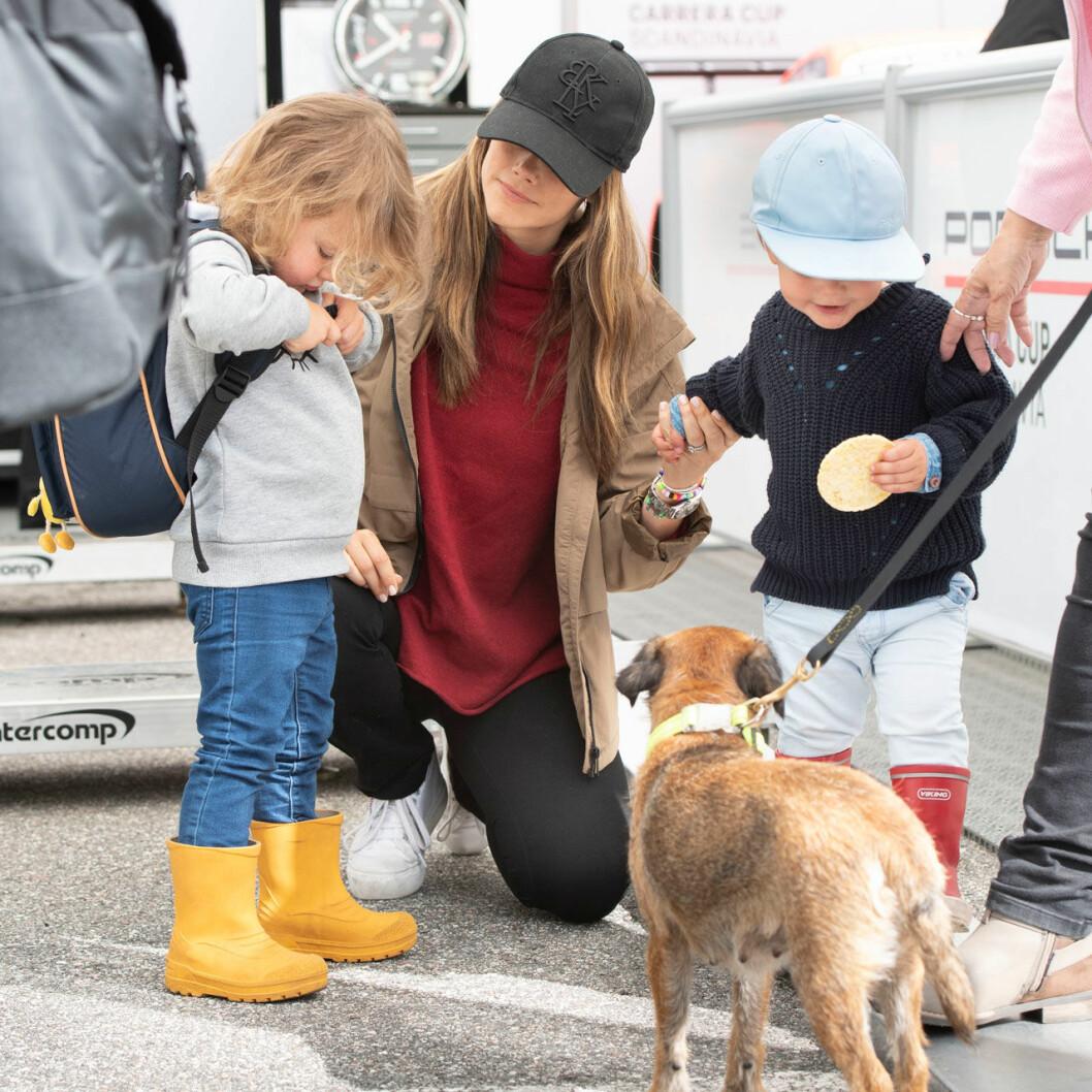 Prinsessan Sofia med prins Alexander och prins Gabriel och hunden Siri.