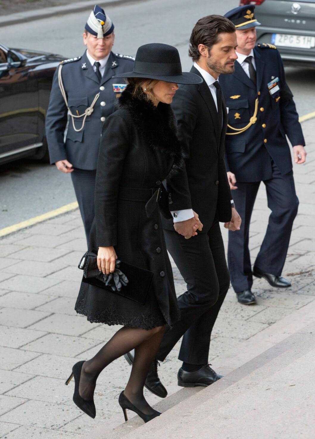 Prinsessan Sofia och prins Carl Philip på plats vid Dagmar von Arbins begravning.