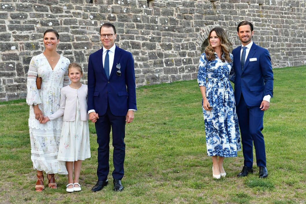 Sofia och Carl Philip tillsammans med kronprinsessan Victoria, prins Daniel och prinsessan Estelle under Victoriadagen.