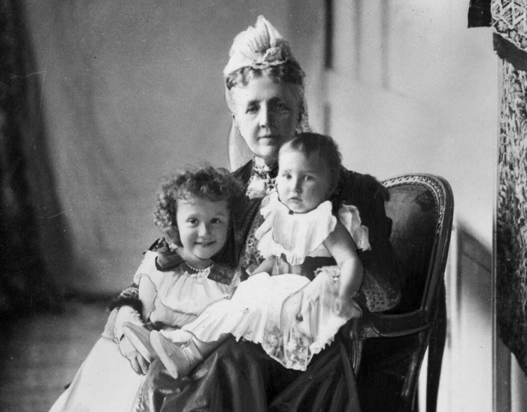 Drottning Sophia med sina barnbarn, prinsessorna Märta och Margaretha.