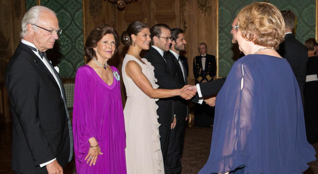 Gästerna tas emot och hälsas välkomna av kungafamiljen i Lovisa Ulrikas matsal.