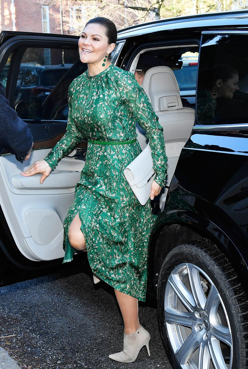 Kronprinsessan Victoria besöker SIPRI, klädd i grön klänning från H&M.