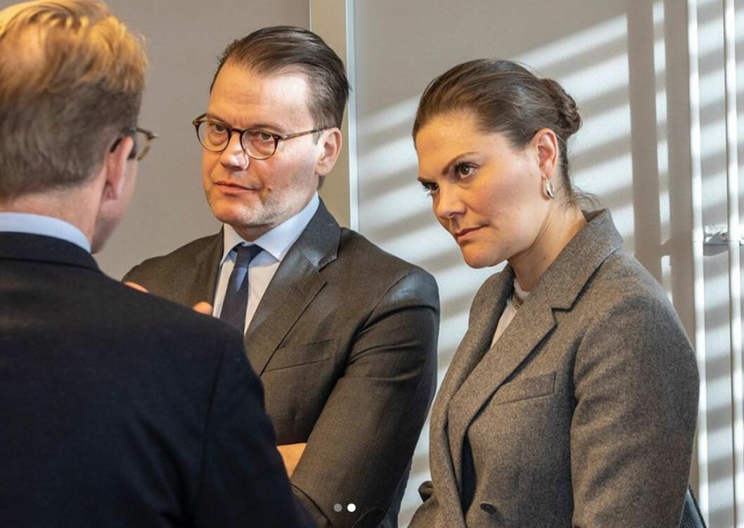 Kronprinsessparet i samtal med Region Stockholms hälso- och sjukvårdsdirektör Björn Eriksson.