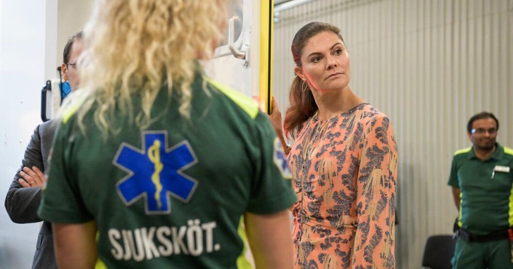 Kronprinsessan Victoria tackar ambulanspersonalen