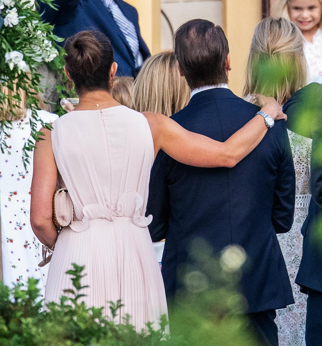 Kronprinsessan Victoria med armen om prins Daniel