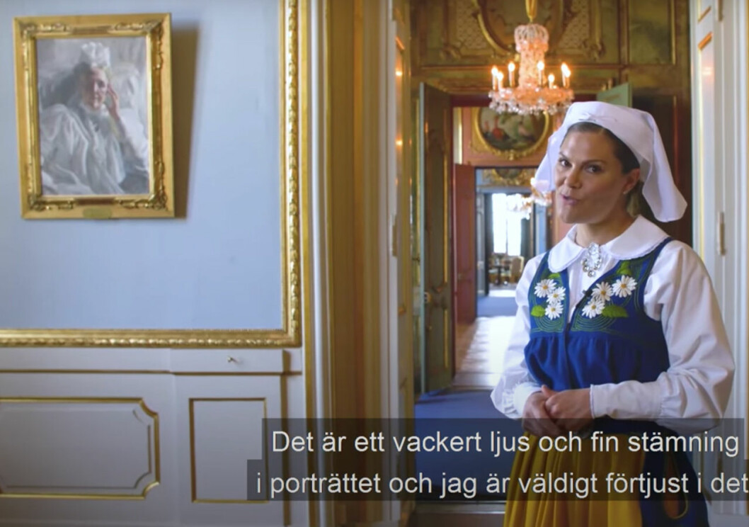 Kronprinsessan Victoria framför Anders Zorns porträtt av drottning Sofia som hänger på Stockholms slott