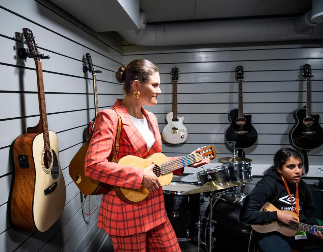 Kronprinsessan Victoria spelar gitarr