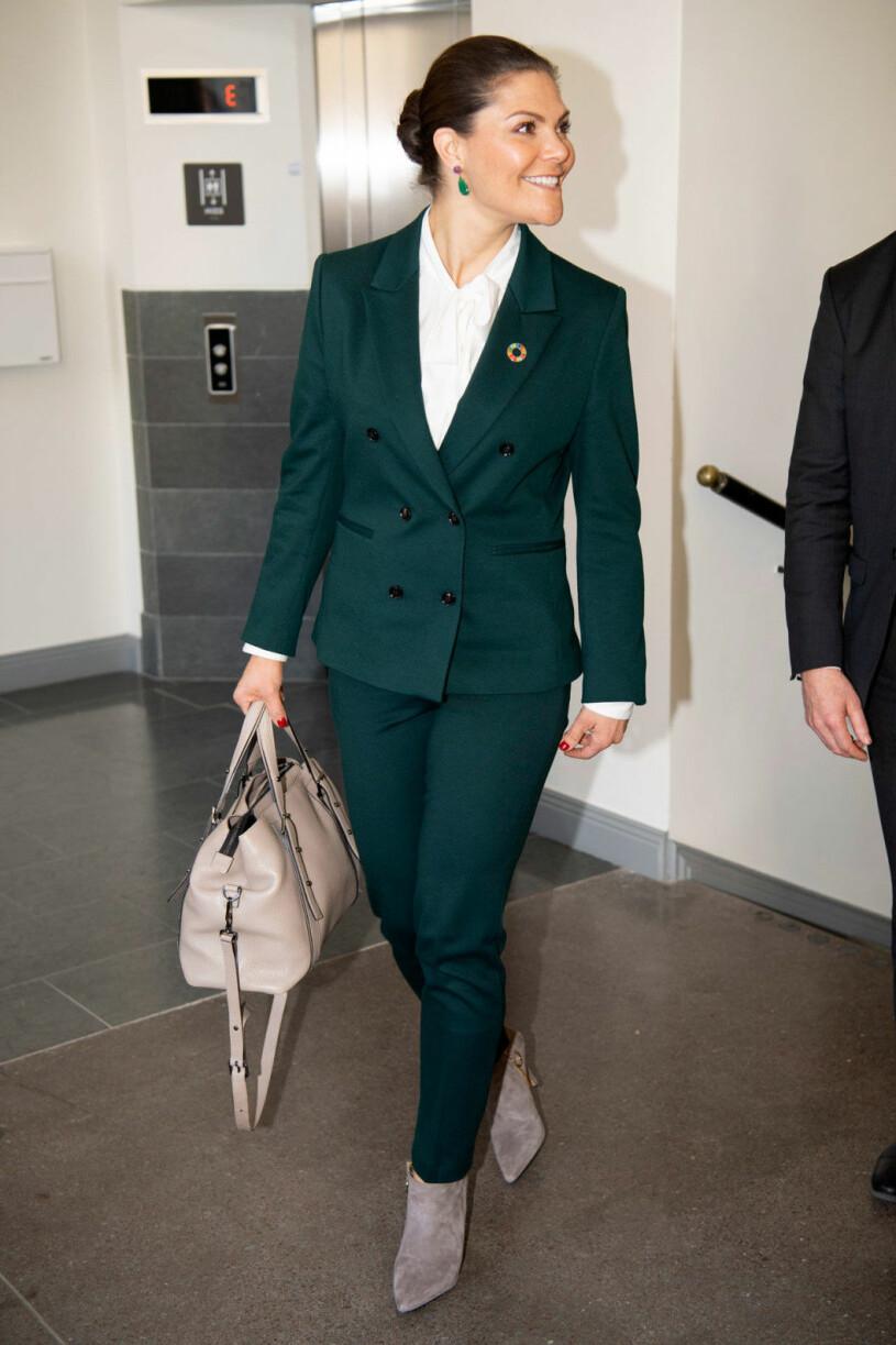 Victoria i grön kostym