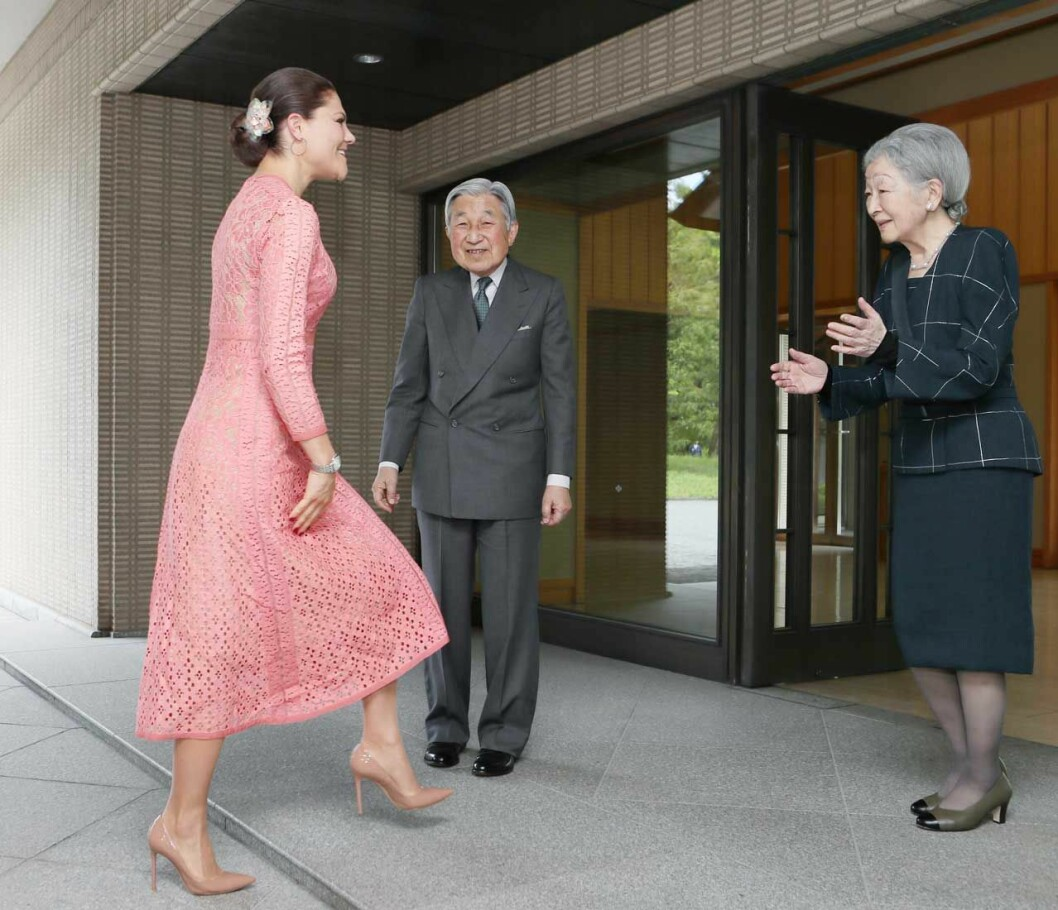 Kronprinsessan Victoria på besök i Tokyo hos Japans kejsarpar. Mer formellt än så här kan det knappast bli.