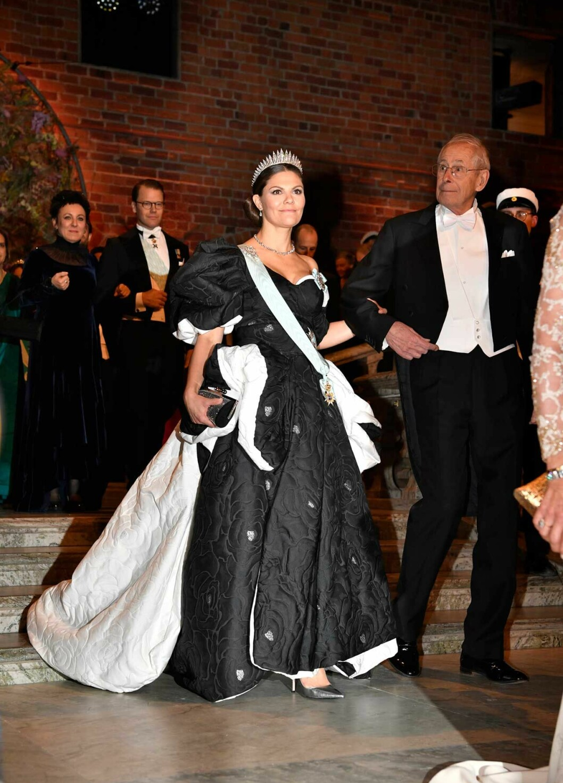 Kronprinsessan Victorias svartvita klänning under Nobel 2019.