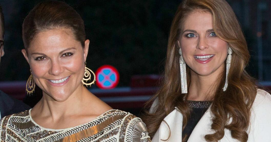 Kronprinsessan Victoria och prinsessan Madeleine med glittriga örhängen.