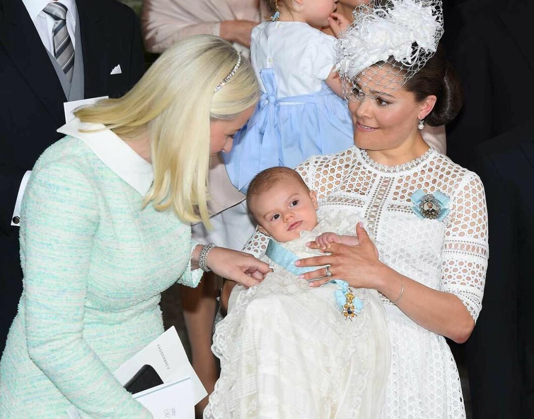 Mette-Marit, nydöpta Oscar och Victoria.